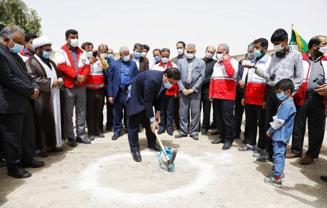 با حضور رییس جمعیت هلال احمر کشور کلنگ کارخانه تولید ماسک در محل جمعیت هلال احمر  زابل به زمین زده شد.